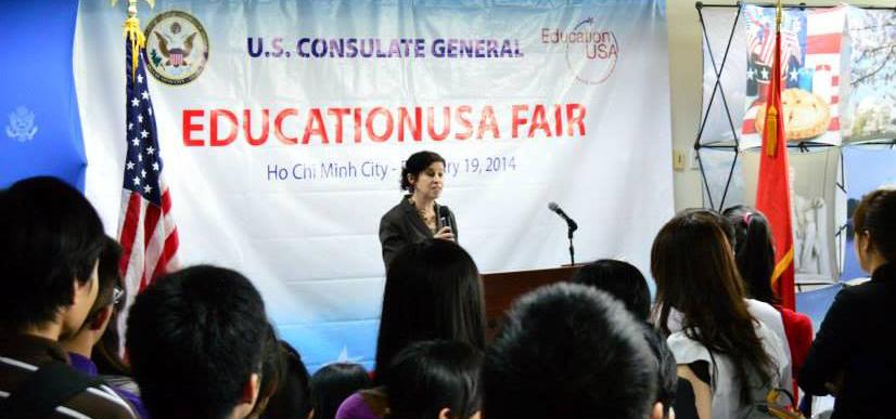 Tổng lãnh sự Rena Bitter khai mạc triển lãm du học Hoa Kỳ mùa xuân tại Trung tâm Tư vấn ở Diamond Plaza
