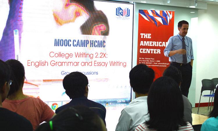 Viên chức thông tin Joe Freeman hướng dẫn một buổi thảo luận trong khoá học viết tiếng Anh