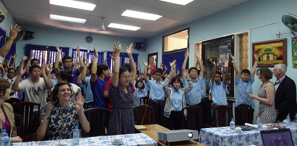 Hai nhà làm phim nhận tràng pháo tay từ các thành viên của CLB Văn hóa Người Điếc TP.HCM