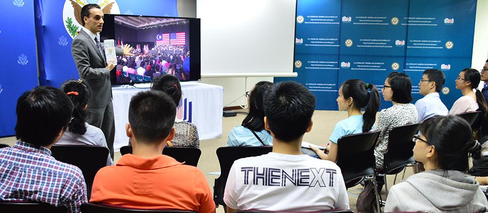 Tùy viên Văn hóa Báo chí Alexander Titolo giới thiệu về Cuộc họp Sáng kiến Lãnh đạo Trẻ Đông Nam Á (YSEALI) truyền hình từ Kuala Lumpur cho các cựu thành viên các chương trình trao đổi của chính phủ Hoa Kỳ