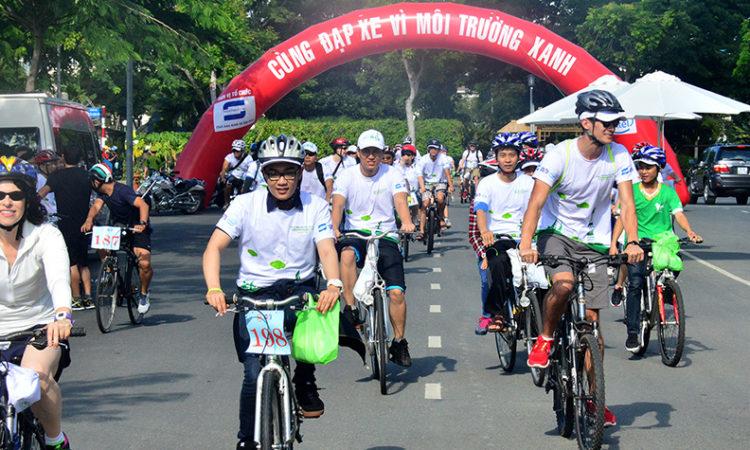 Người tham dự phấn khởi tham gia chương trình đạp xe đầu tiên được tổ chức bởi Tổng lãnh sự quán