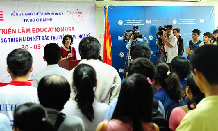 Tổng Lãnh Sự Rena Bitter phát biểu khai mạc tại triển lãm.