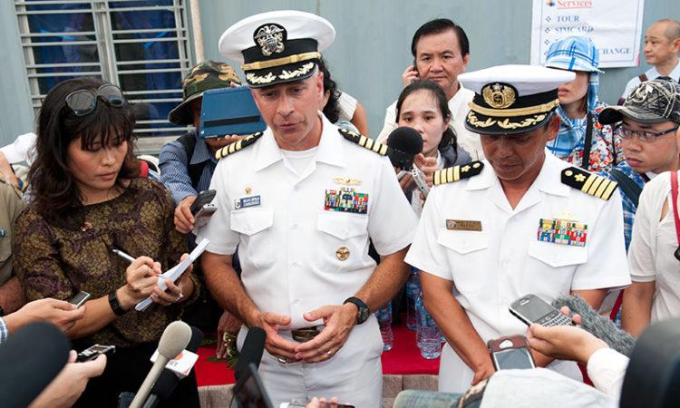 Đại tá Hải quân Hoa Kỳ Brian Shipman, Tư lệnh Chương trình đối tác Thái Bình Dương 2014, trả lời báo chí tại buổi họp báo trên cảng bên cạnh tàu JS Kunisaki.