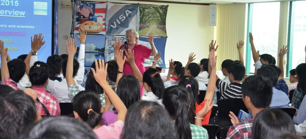 TS. Lynne McNamara hướng dẫn sinh viên về kỹ năng giao tiếp.
