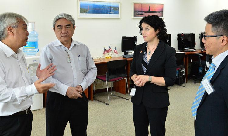 Tổng lãnh sự Rena Bitter đang trao đổi với các khách mời bên lề hội thảo