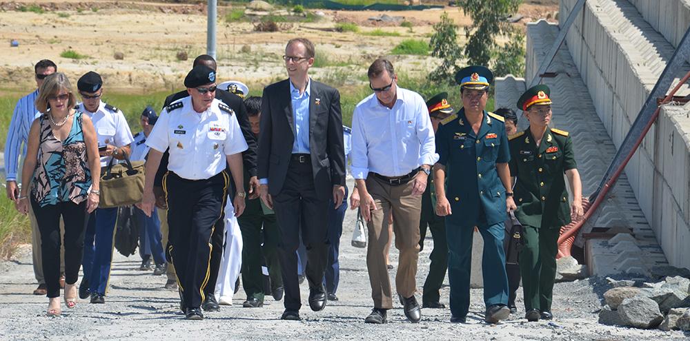 Đại tướng Dempsey thăm dự án xử lý môi trường tại sân bay Đà nẵng