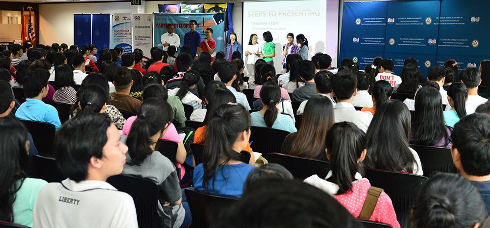 Các bạn trẻ đang trình bày giải pháp của nhóm mình cho các tình huống giả định được đặt ra trong buổi tổng kết