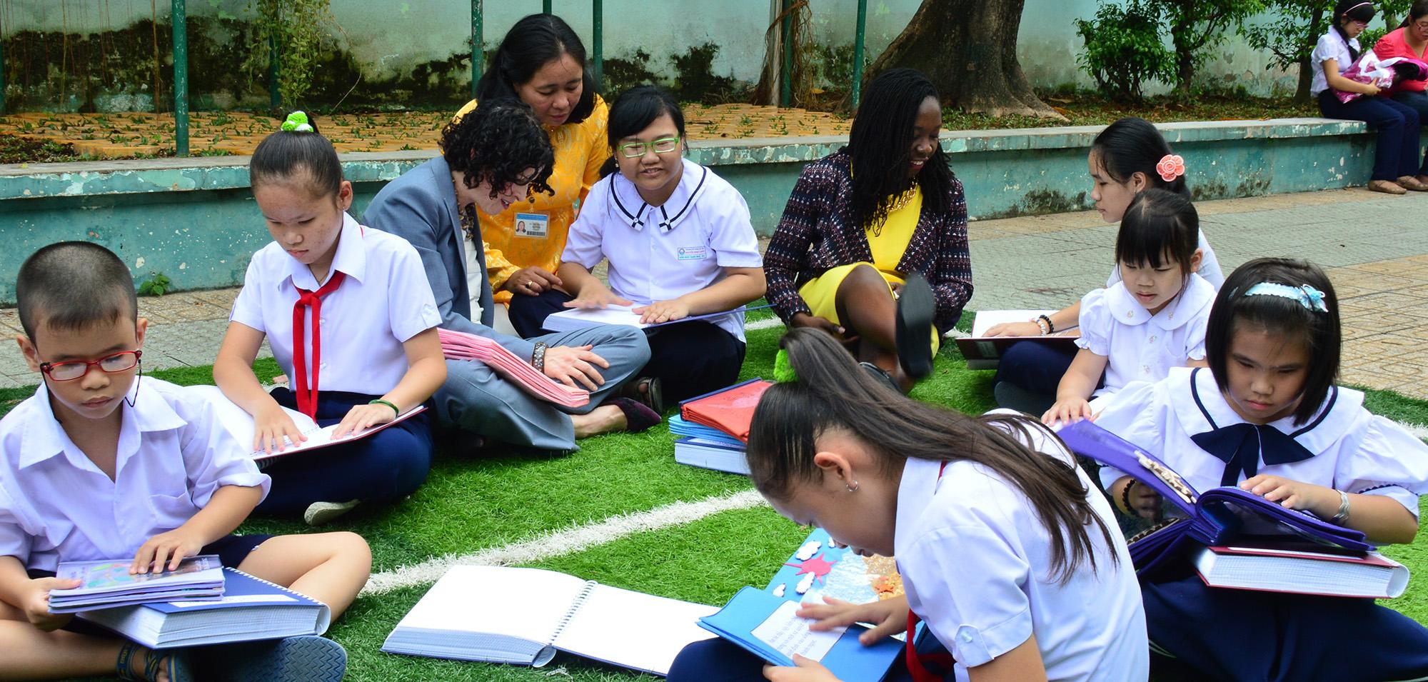 Tổng lãnh sự Rena Bitter đọc sách cùng với các em học sinh