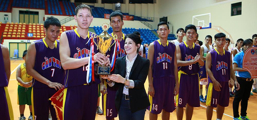 Bà Tổng lãnh sự Rena Bitter trao cúp vô địch