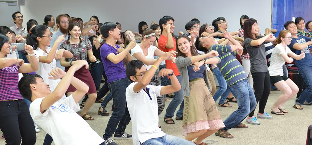 Các bạn sinh viên Việt Nam và Hoa Kỳ cùng nhảy múa