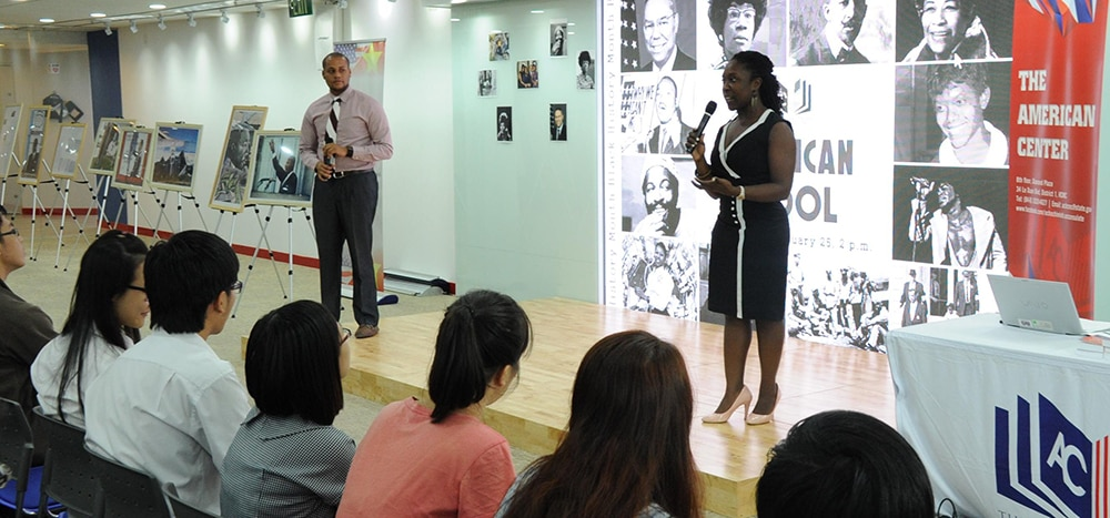Viên chức Lãnh sự Malikat Rufai và Cameron Thomas-Shah đang hướng dẫn thảo luận về những đóng góp của người Mỹ gốc Phi cho lịch sử Mỹ