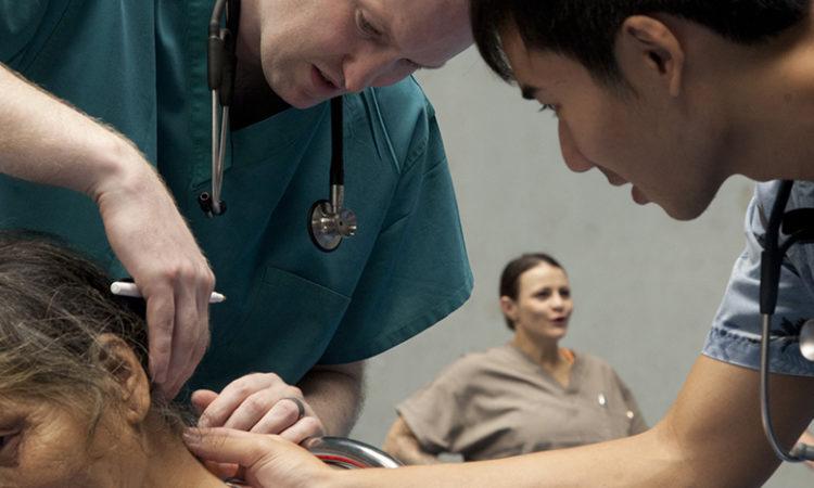 Bác sỹ Hoa Kỳ đang khám bệnh cho một cụ bà tại Trung tâm Văn hóa Thể thao Dung Quất, Quảng Ngãi
