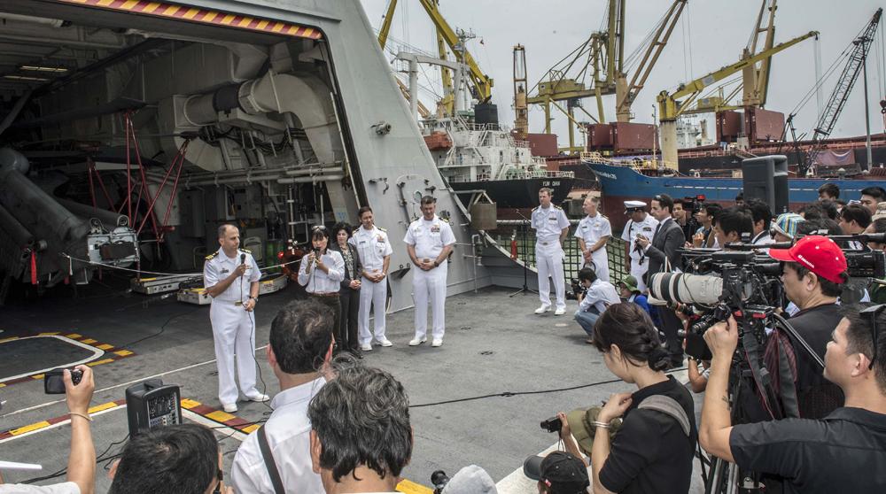 Trung tá hải quân Matthew Kawas, sỹ quan chỉ huy tàu tác chiến gần bờ USS Fort Worth (LCS 3) Crew 103, trả lời báo chí Việt Nam tại lễ đón tàu trong đợt Hoạt động Hợp tác Hải quân (NEA) ở Việt Nam năm 2015