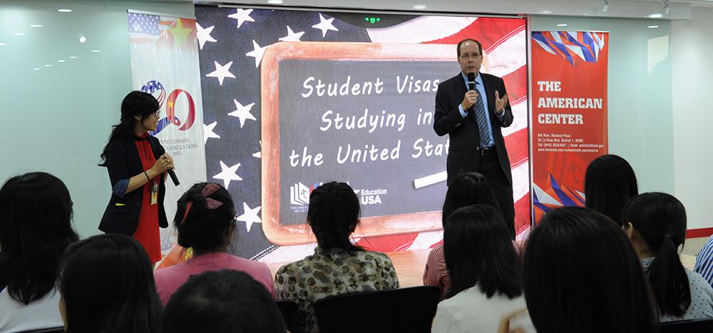 Cố vấn Cấp cao về Lãnh sự David Donahue đã khởi động chương trình về du học tại Hoa Kỳ và thị thực sinh viên