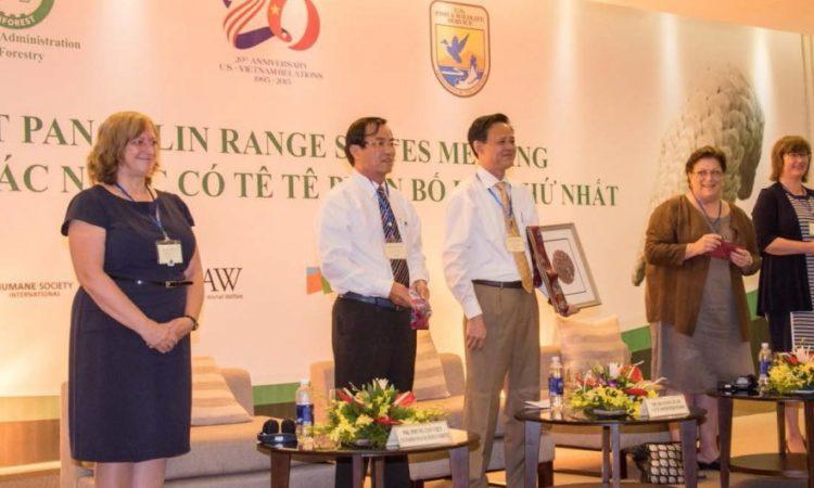 Hình Tiến sĩ Teresa Telecky, ông Phung Tan Viet, tiến sĩ Ha Cong Tuan, bà Claire Pierangelo và bà Pia Jonsson