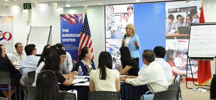 Hình Tiến sĩ Jill Biden chia sẻ kinh nghiệm giảng dạy tiếng anh