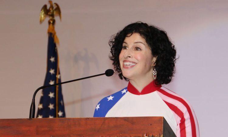 Hình Tổng Lãnh sự Rena Bitter phát biểu tại lễ kỷ niệm Quốc Khánh Mỹ