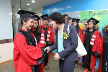 Tổng Lãnh sự Rena Bitter giao lưu với các em học viên.
