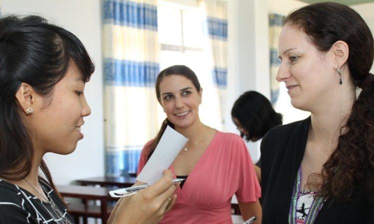 Chuyên gia tiếng Anh Catherine Bolster và Christina Massey trao đổi với giáo viên tham gia hội thảo