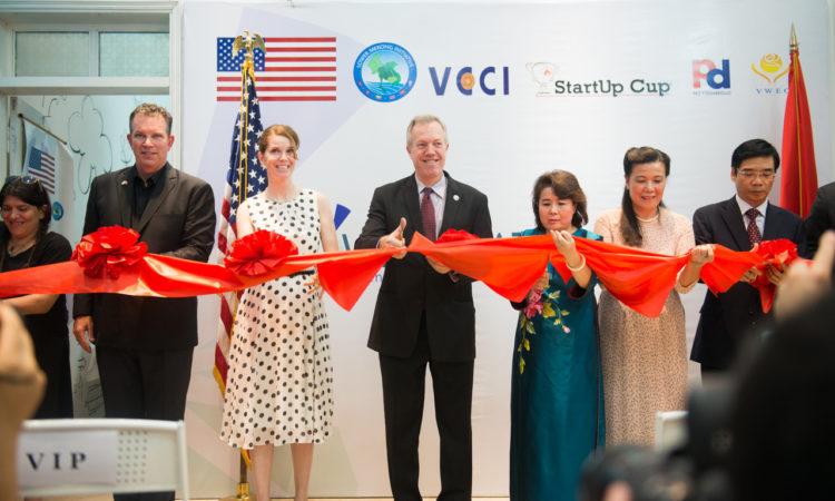 Đại sứ Osius, Giám đốc Điều hành WECREATE Nguyễn Thị Tuyết Minh và các khách chủ chốt khai trương trung tâm.