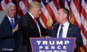 Tổng thống đắc cử Donald Trump, đứng giữa, bắt tay với Reince Priebus khi Phó Tổng thống đắc cử Mike Pence đứng nhìn. (© AP Images)