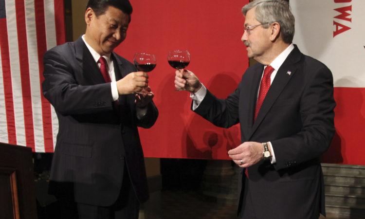 Chủ tịch Trung Quốc Tập Cận Bình và Thống đốc bang Iowa Terry Branstad đã quen biết ba thập kỷ. Trong ảnh, ông Tập tham dự một buổi tiệc tối tại tòa nhà hành chính bang vào năm 2012. (APImages)