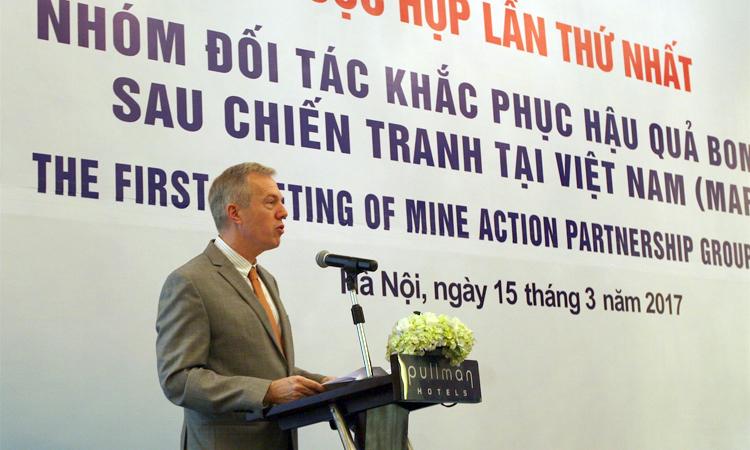 Đại sứ Osius đồng chủ trì cuộc họp thường niên về giảm ảnh hưởng của vật liệu chưa nổ
