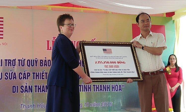 The U.S. Embassy's Counselor for Public Affairs, Ms. Molly Stephenson, presents the grant to the Hồ Citadel preservation project in Thanh Hoa Province