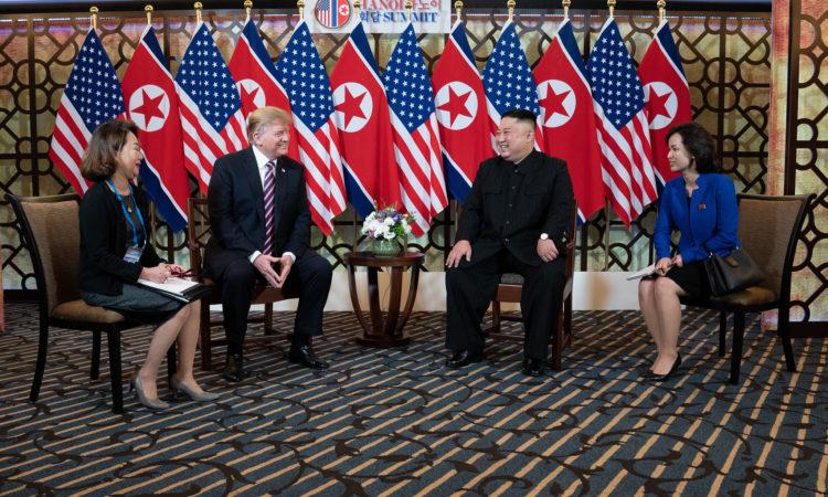 Tổng thống Donald J. Trump và Chủ tịch Kim Jong Un nói chuyện về cuộc họp thượng đỉnh lần thứ hai của họ tại Khách sạn Sofitel Legend Metropole Hà Nội, ngày 27/2/2019. (Ảnh của Nhà Trắng do Shealah Craighead chụp)