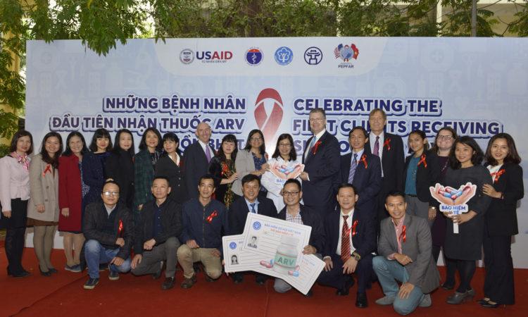 Hoa Kỳ và Việt Nam kỷ niệm những bệnh nhân đầu tiên được điều trị bằng thuốc kháng virus từ nguồn bảo hiểm y tế