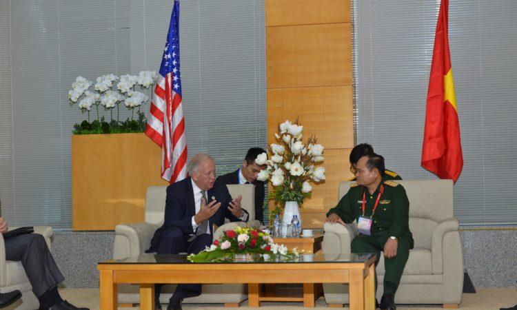 Thứ trưởng Shannon và Thượng tướng Nam thảo luận về sự hợp tác thành công trong việc xử lý dioxin tại sân bay Đà Nẵng.