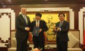 Đại sứ Hoa Kỳ tại Việt Nam Daniel J. Kritenbrink trao thư của FAA tới Cục trưởng Cục Hàng không Việt Nam Đinh Việt Thắng và chúc mừng Việt Nam đạt được xếp hạng an toàn hàng không loại 1.