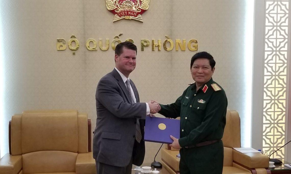 Trợ lý Bộ trưởng Quốc phòng Hoa Kỳ đặc trách các vấn đề an ninh châu Á – Thái Bình Dương Randall G. Schriver chào xã giao Bộ trưởng Bộ Quốc phòng, Đại tướng Ngô Xuân Lịch.